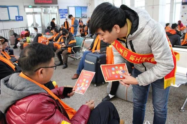 广东12351职工热线工作人员在高铁站为外来务工人员进行普法宣讲。省总工会供图