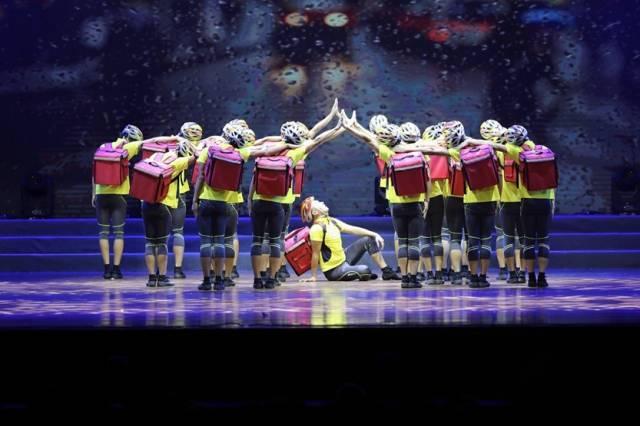 粤港澳大湾区职工举行文艺汇演,来自广州市的快递小哥表演舞蹈节目。省总工会供图