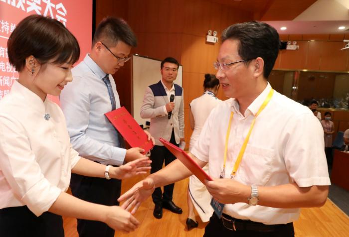 省总工会党组书记、常务副主席陈伟东(右)为比赛冠军选手颁奖  林景余摄.jpg